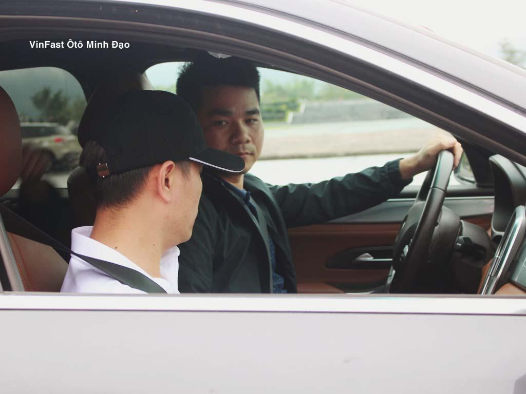 Trước khi lái thử, khách hàng sẽ được nhân viên của đại lý Vinfast Minh Đạo phổ biến quy tắc cũng như cung đường lái thử