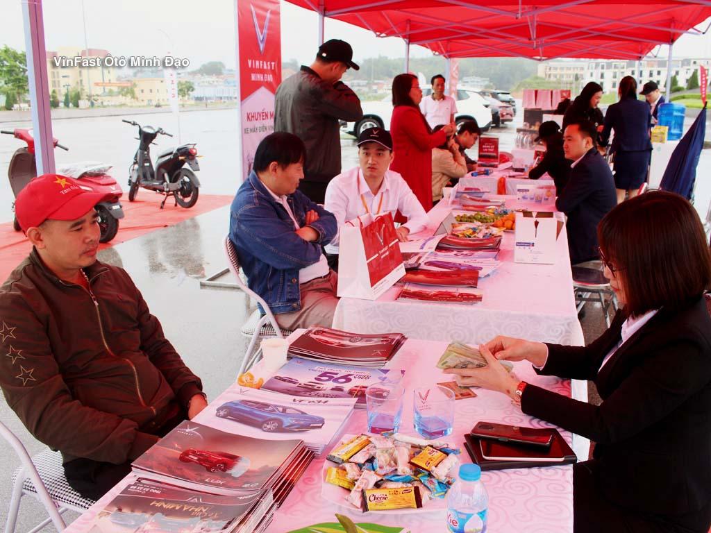 Khách hàng ký hợp đồng ngay tại sự kiện do Vinfast Minh Đạo tổ chức