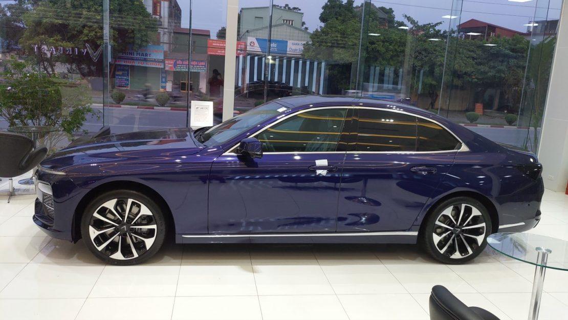 nhìn ngang xe VinFast Lux A màu xanh